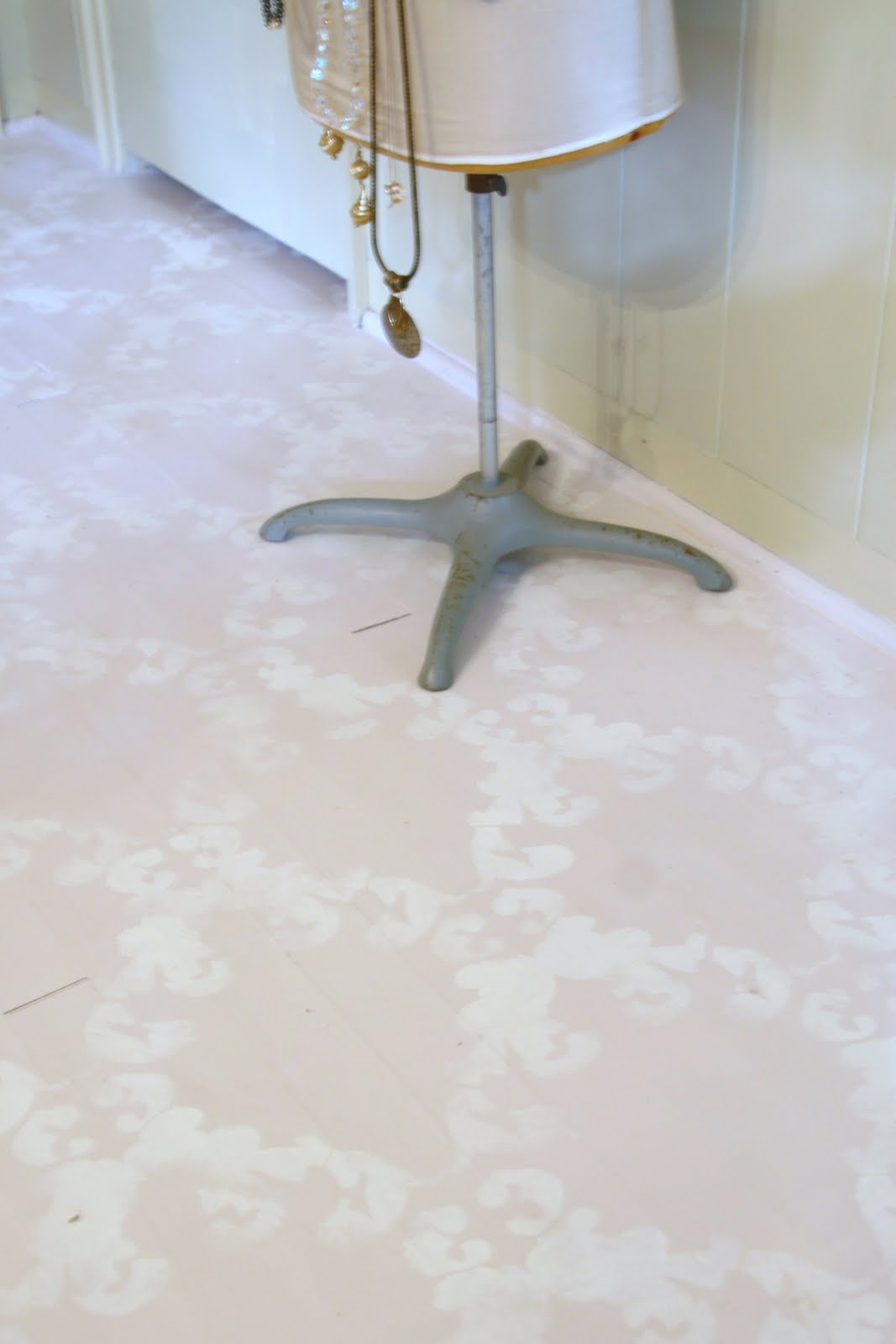 Love these chalk paint floors with stenciling! She used Annie Sloan Chalk Paint!