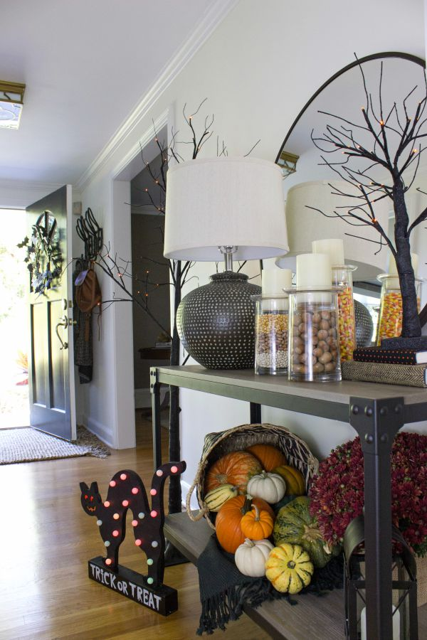 Love this entryway decorated for Halloween