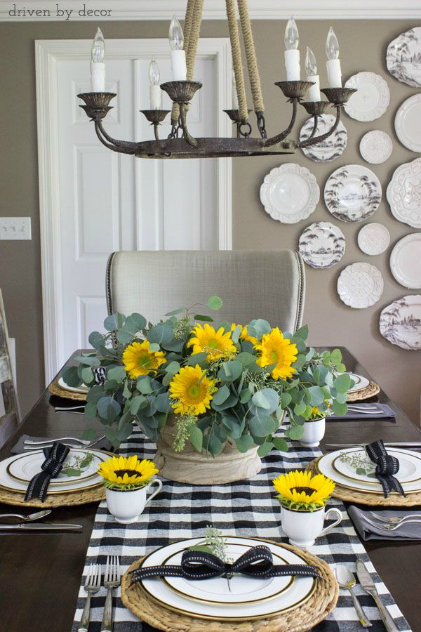 Simple fall tablesetting using sunflowers and black and white runner