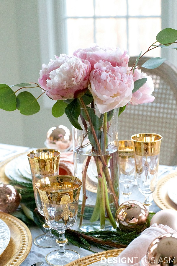 Elegant Christmas tablescape by Designthusiasm