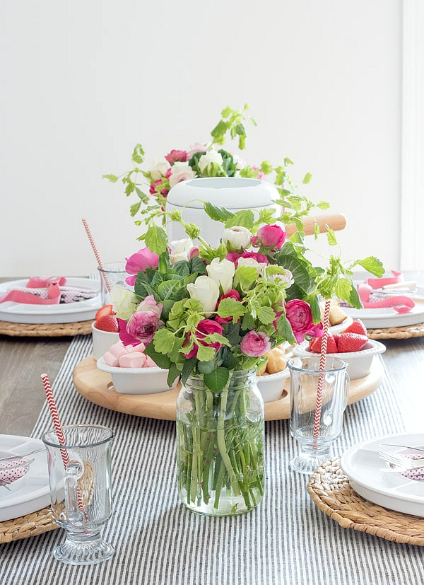 Simple, beautiful floral bouquets for a Valentine's Day table