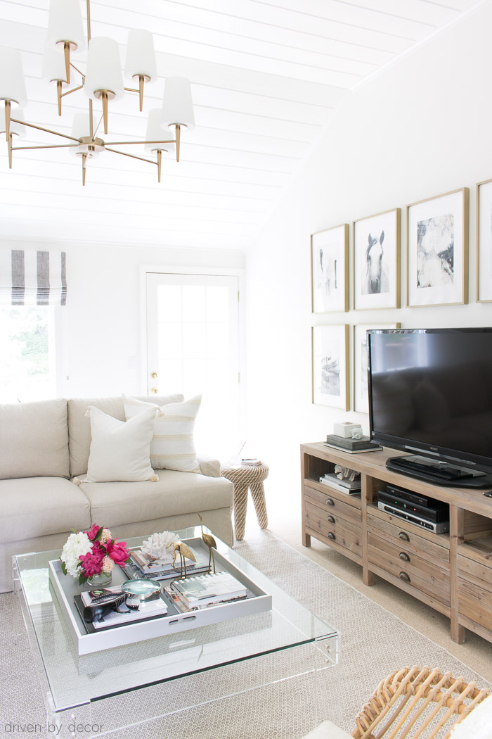 Loving this summer home tour full of ideas for making your freshening up your home for summer!