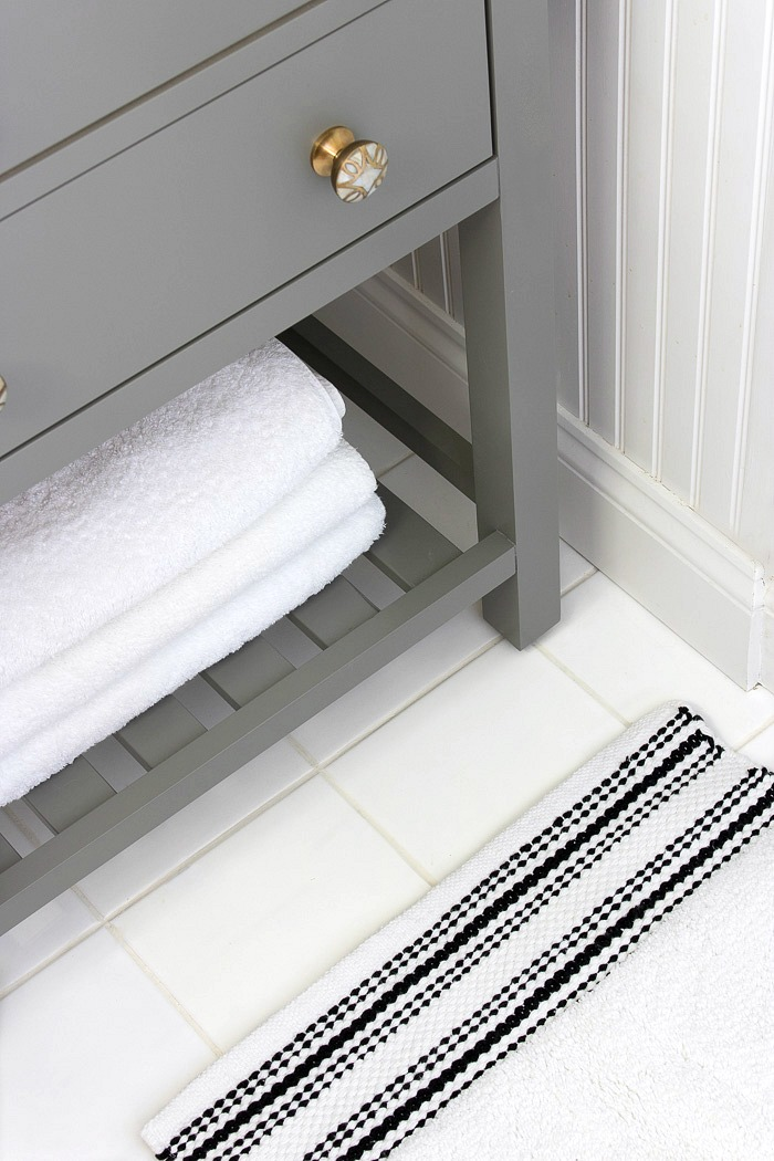 Love this simple, inexpensive black and white bath mat!