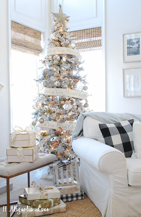 Decorated Christmas tree from 11 Magnolia Lane's Holiday Home Tour!