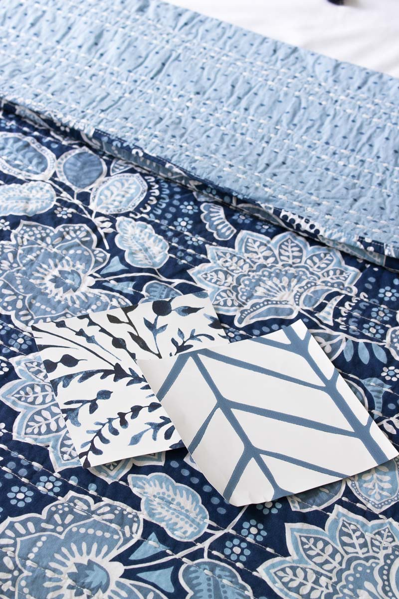 Gorgeous blue and white wallpapers and quilt!