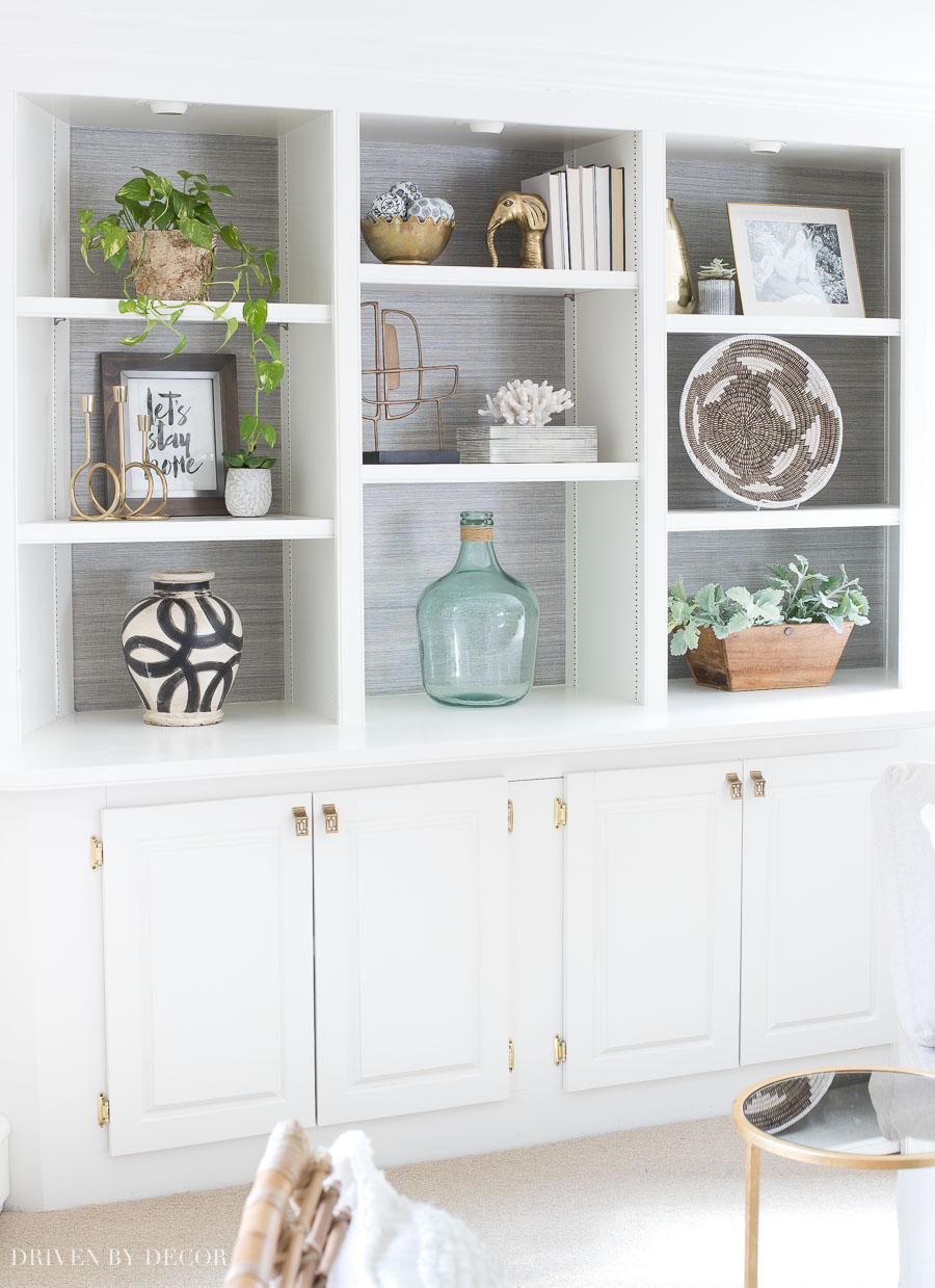 Love the styling of the shelves in this large built-in bookcase - click through for lots of helpful tips and formulas for decorating your own shelves!