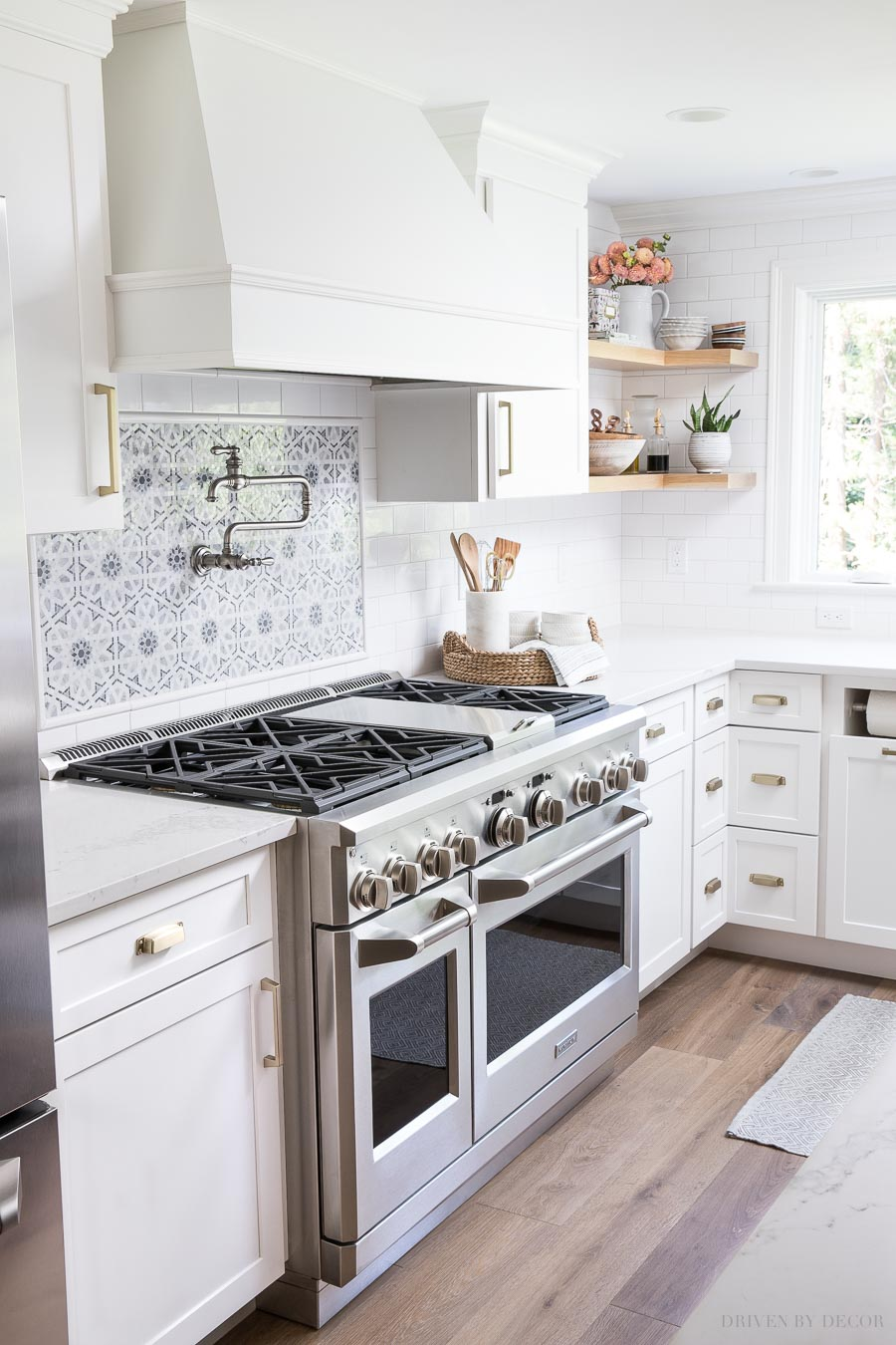 Super gorgeous and functional range with six burners and double ovens. The small oven is perfect for most family meals!