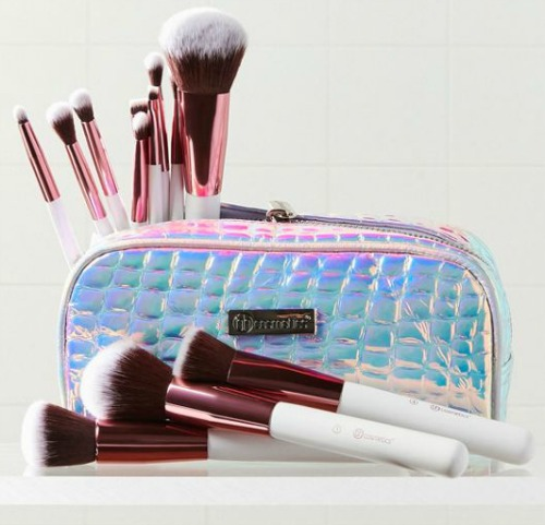 This makeup brush set would make a great teen Christmas gift!