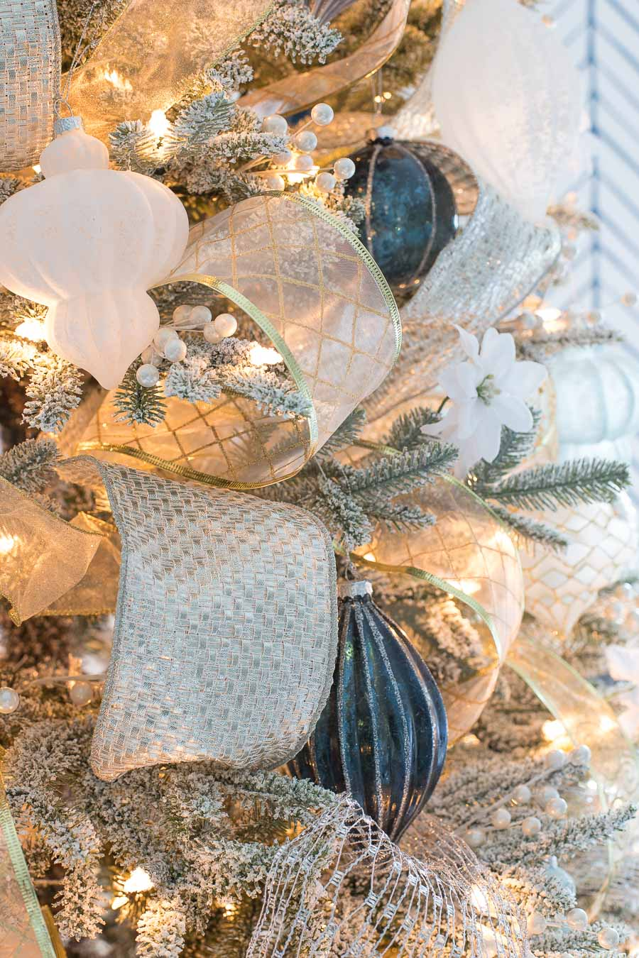 Love the silver and gold ribbon used to decorate this Christmas tree! Click through for links!