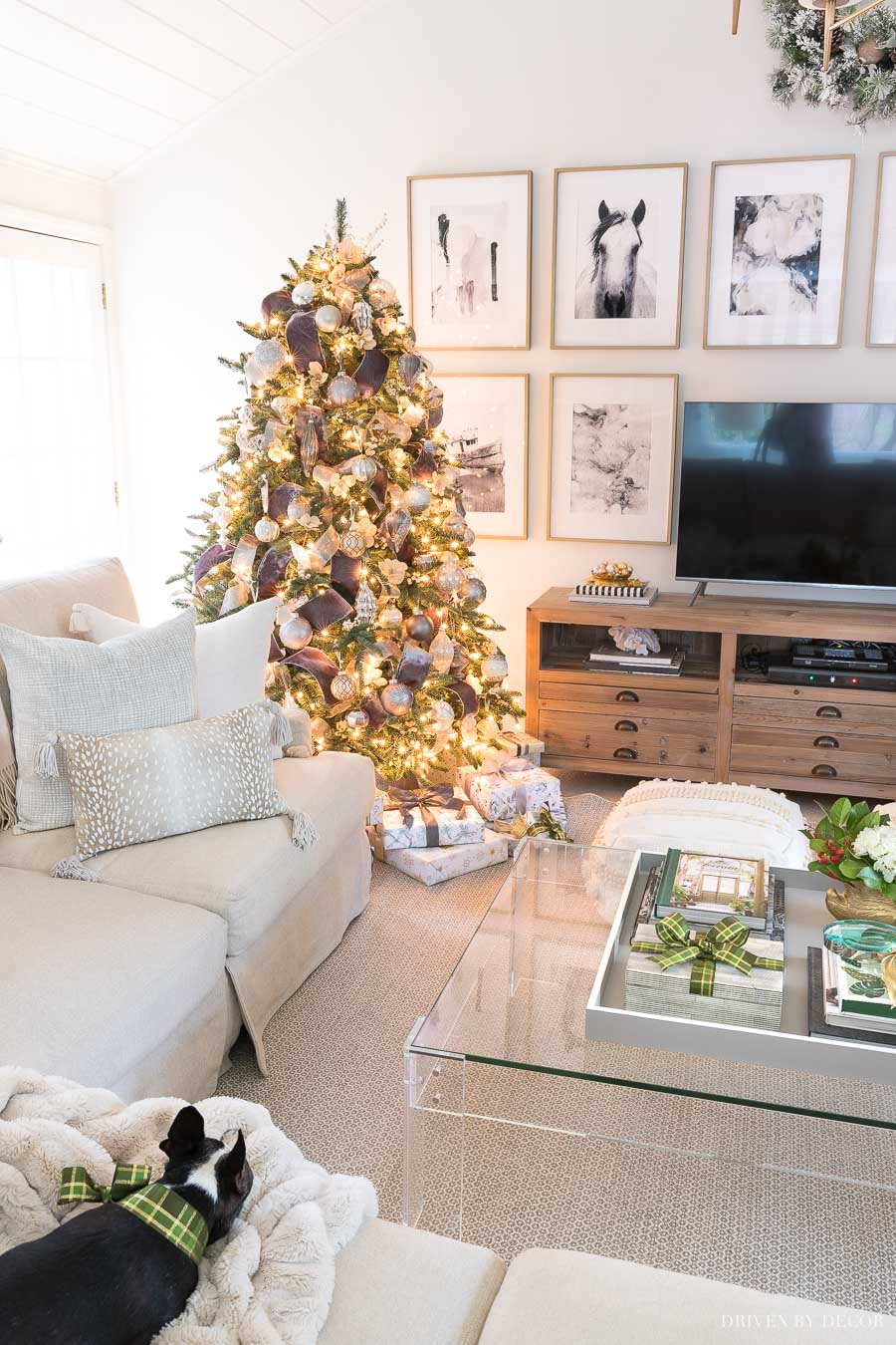 Loving how this New England home is decorated for Christmas - the Christmas tree is gorgeous!
