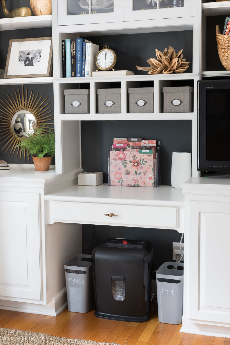 This organizing station with a desktop mail organizer is so smart for organizing your mails and bills!
