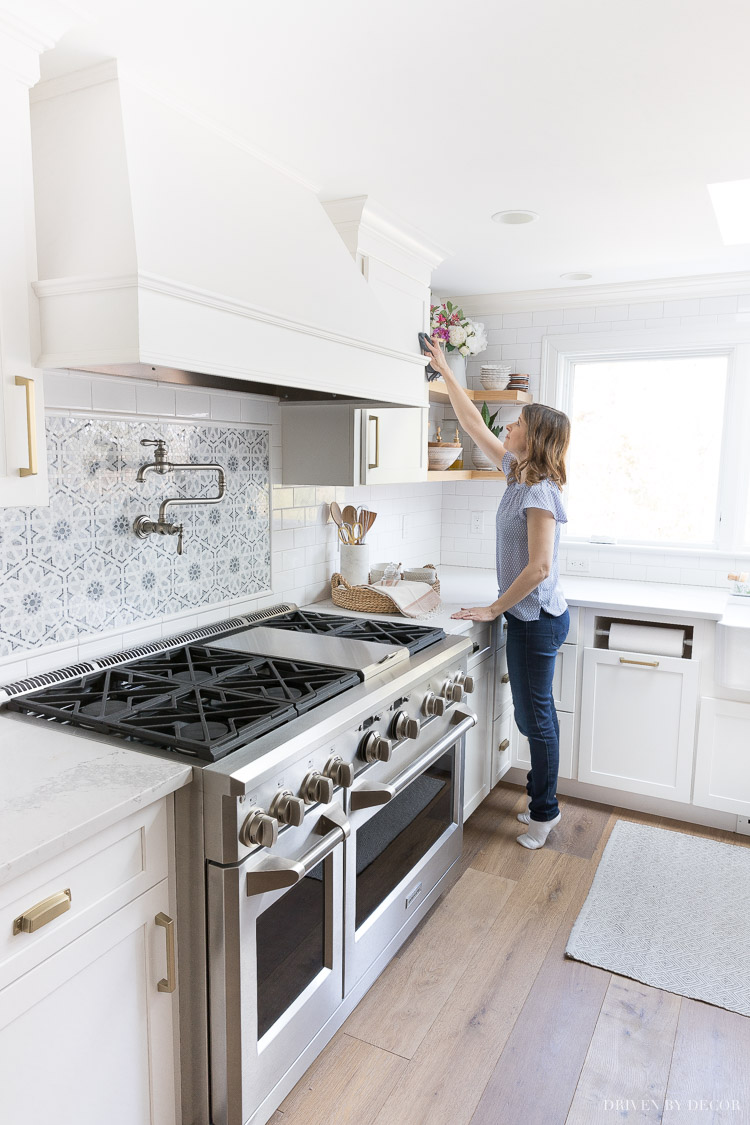 A busy girl's guide to spring cleaning! So many great time saving cleaning tips!