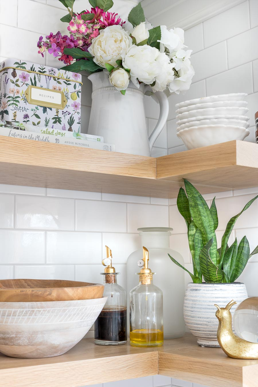 Gorgeous wood floating corner shelves - this post has the how-to for this shelving DIY!