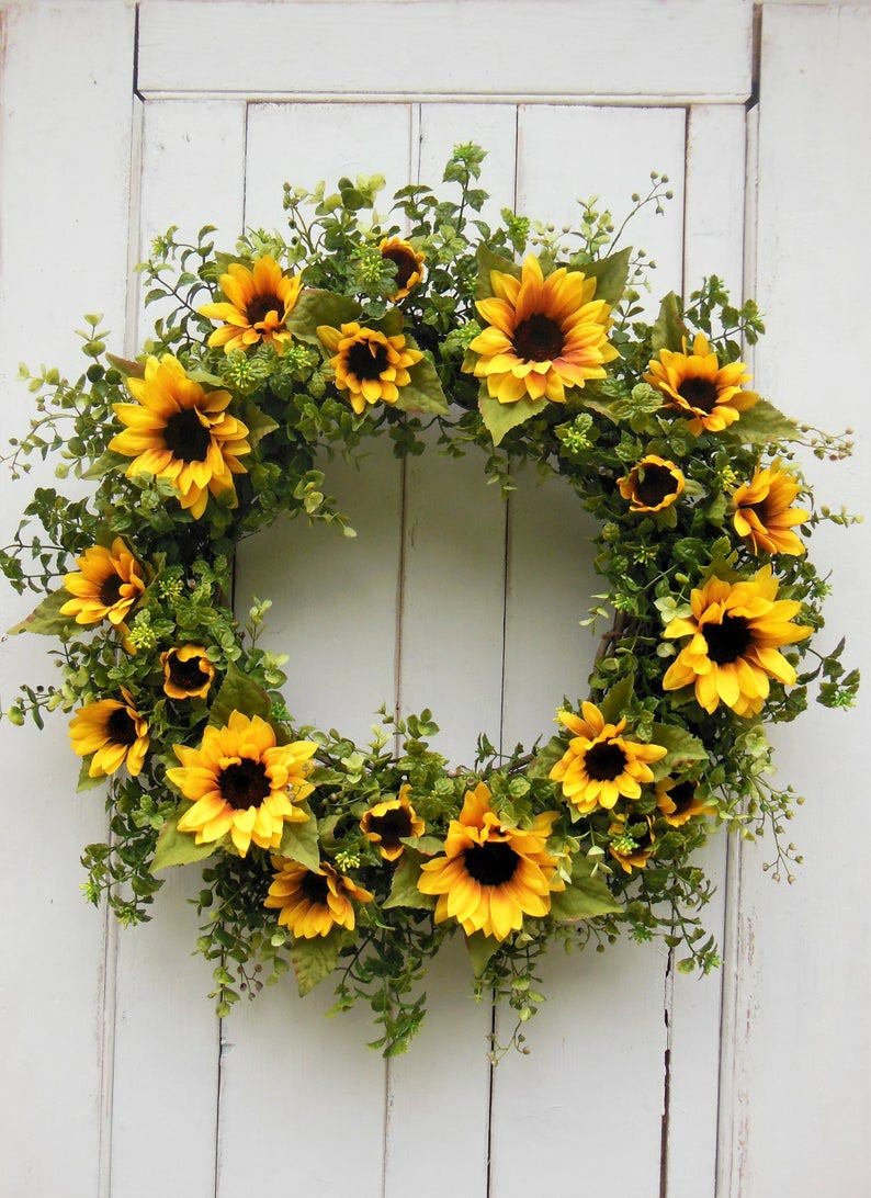 Love this gorgeous sunflower wreath for fall! Perfect for my front door!