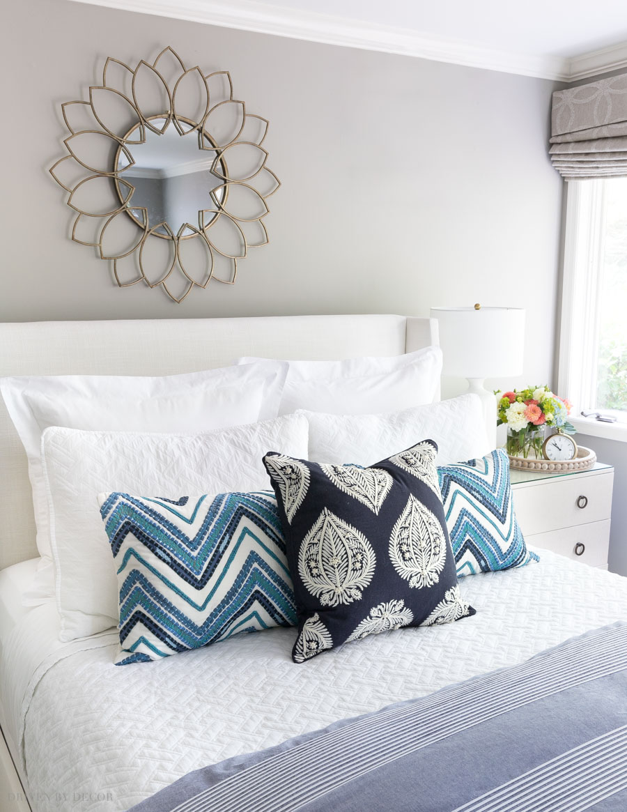 Such helpful formulas to figure out how to arrange pillows on your bed for a designer look!