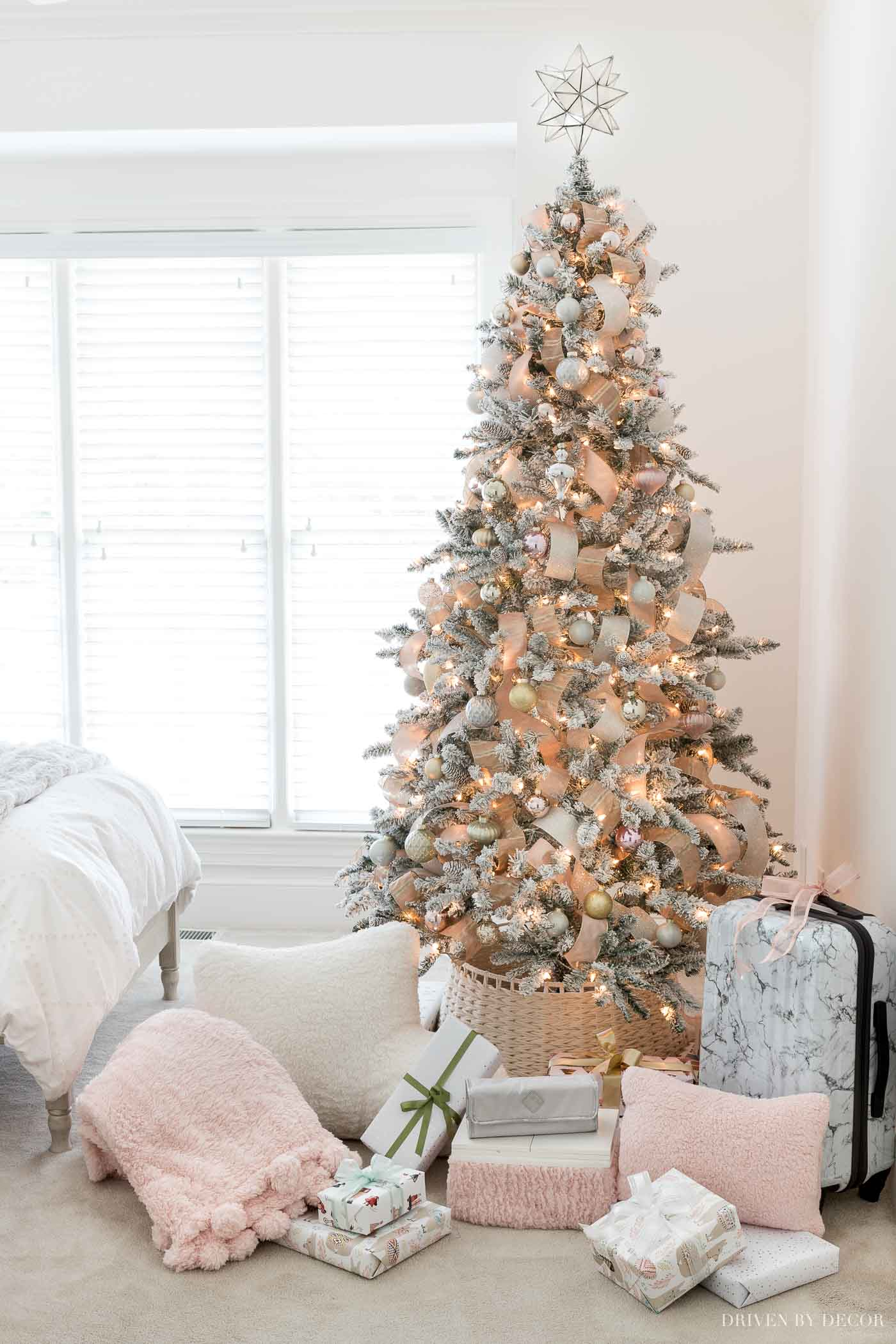 The prettiest blush Christmas tree! Lots of great Christmas gift ideas for teen girls in this post!
