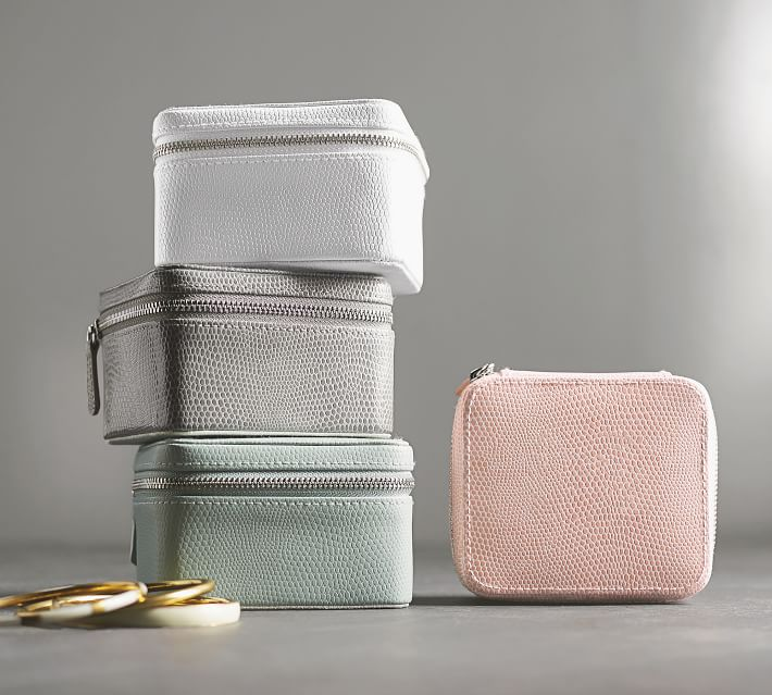 Definitely on my Christmas wish list! Such a great jewelry case for travel!