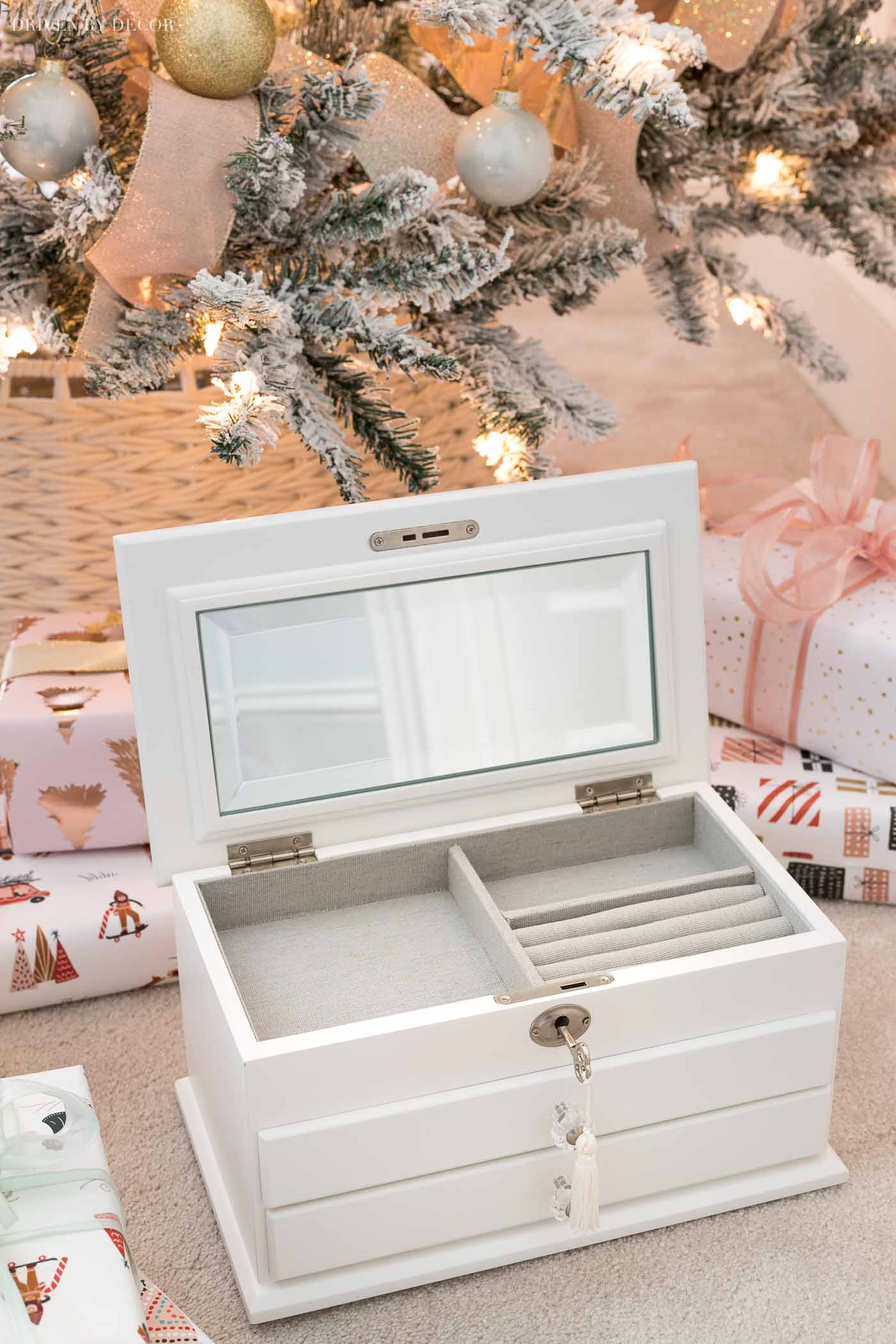 Beautiful jewelry box! One of the gifts I love most in this post about Christmas gift ideas for teen girls!