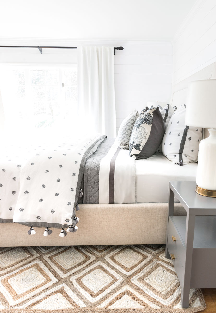 So in love with the patterned jute rug in this bedroom!!