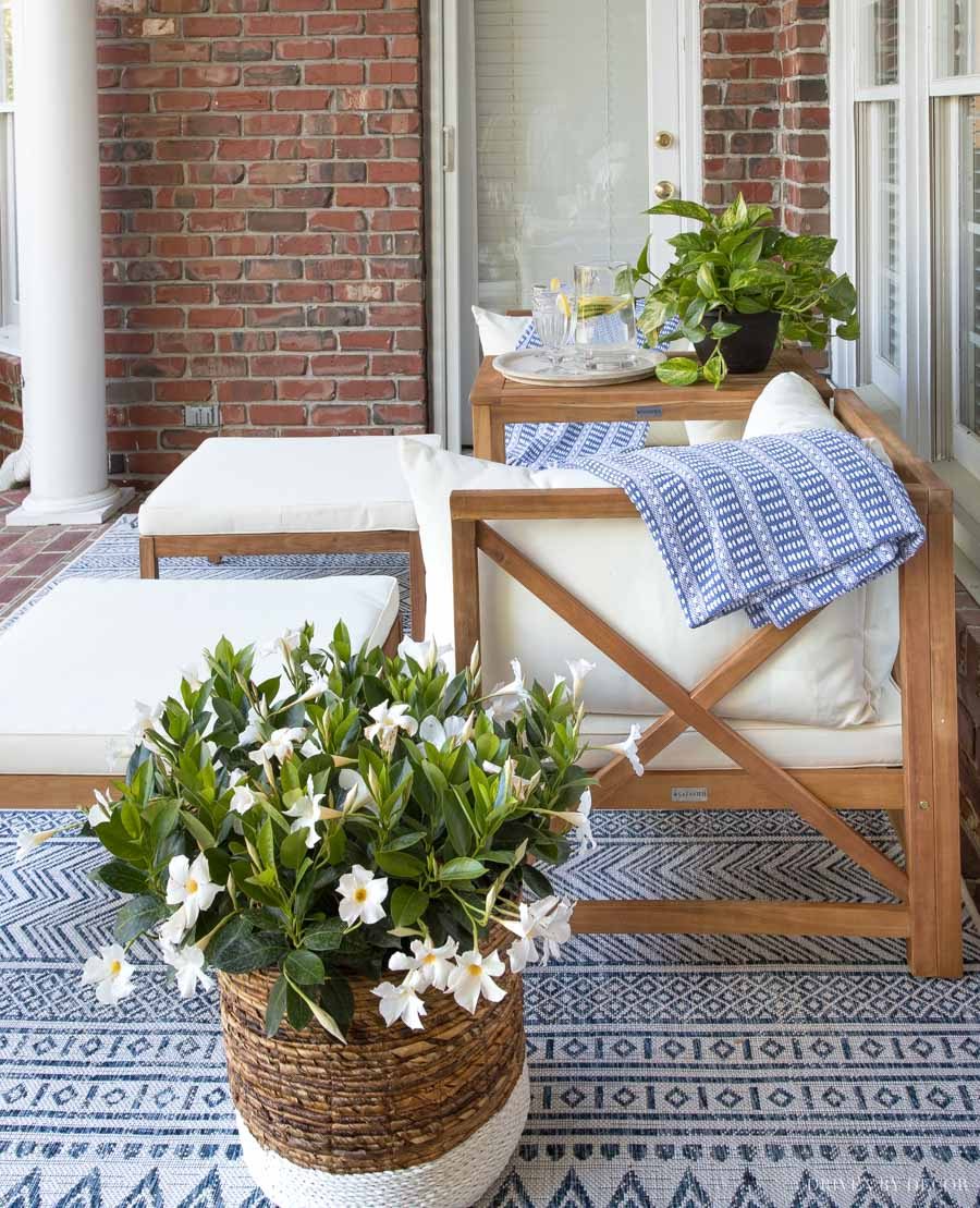 Love this outdoor seating set on her back porch!