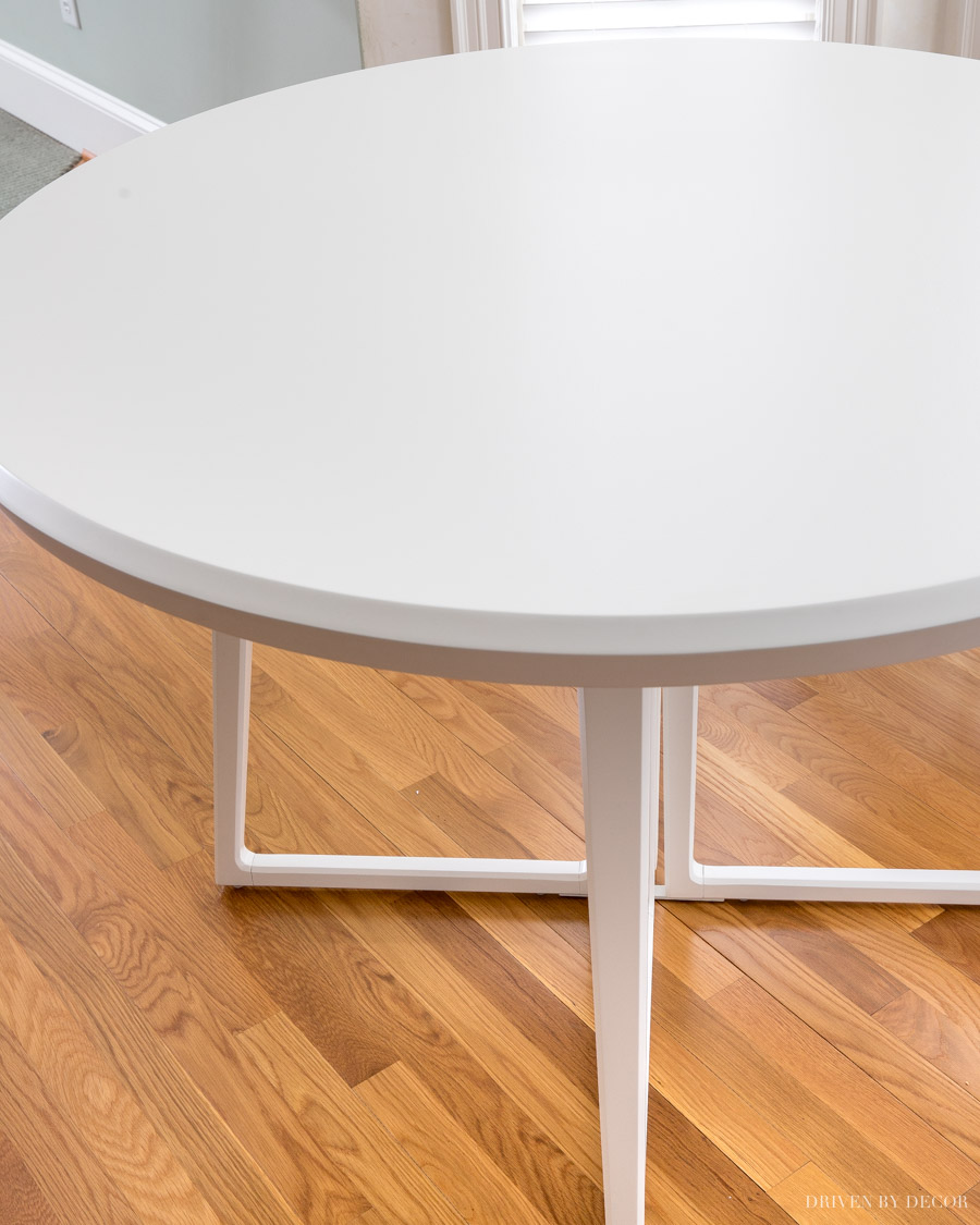 Round white breakfast nook table that's simple but stylish!
