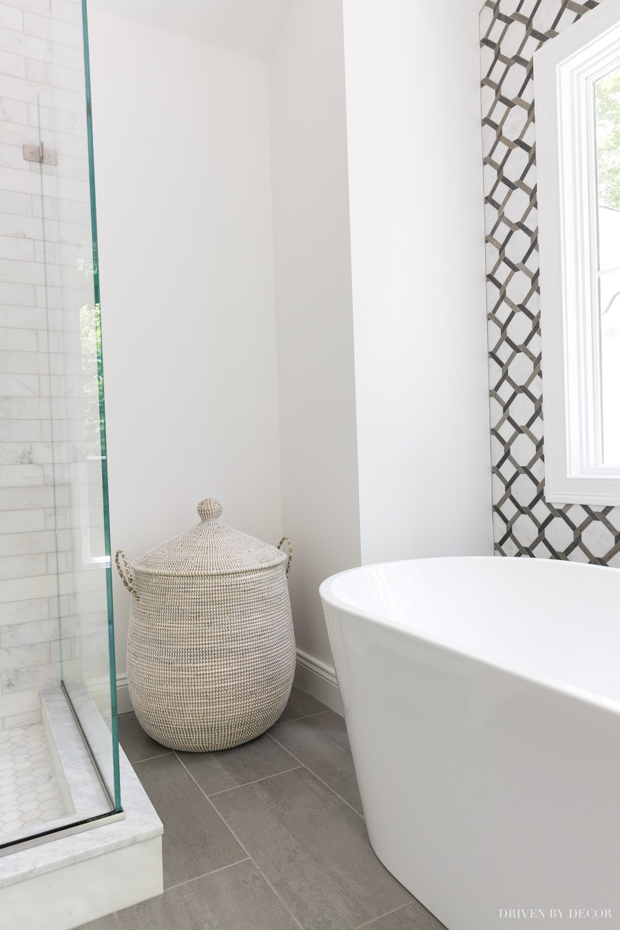 Such a gorgeous lidded hamper in this bathroom!