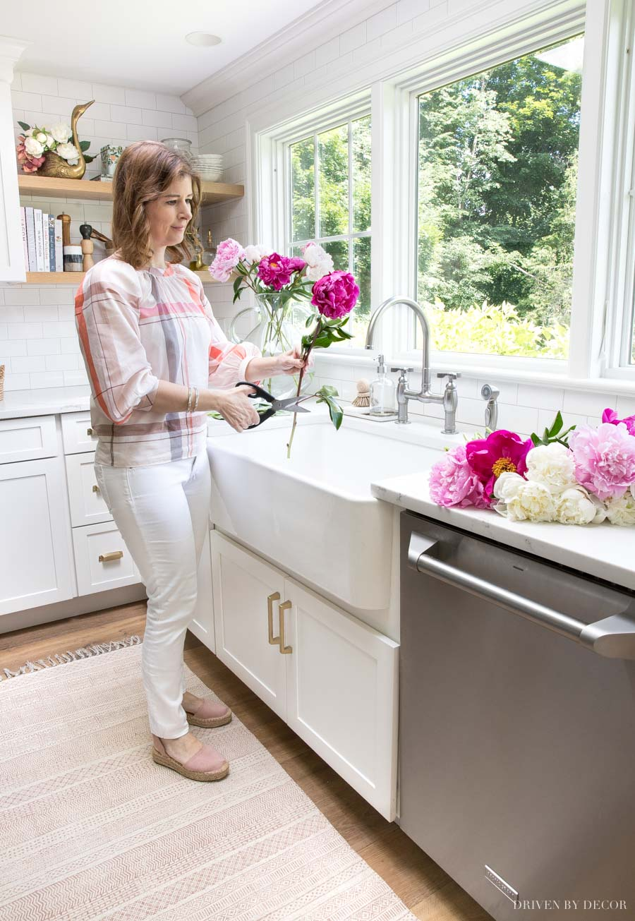 Love the flatweave blush rug in front of her kitchen sink!