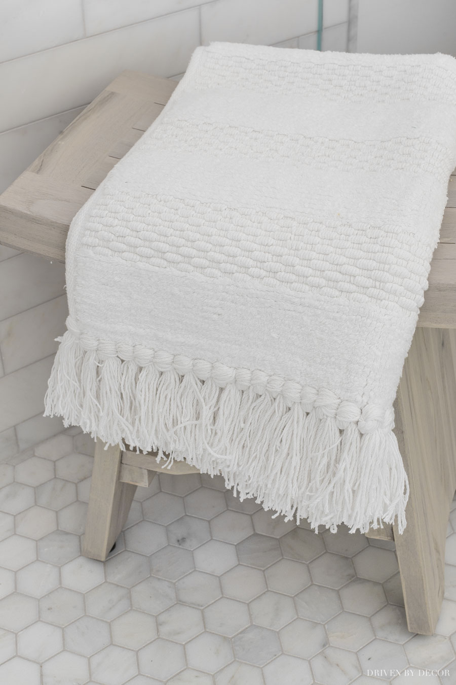 The cutest bathmat on this shower bench!