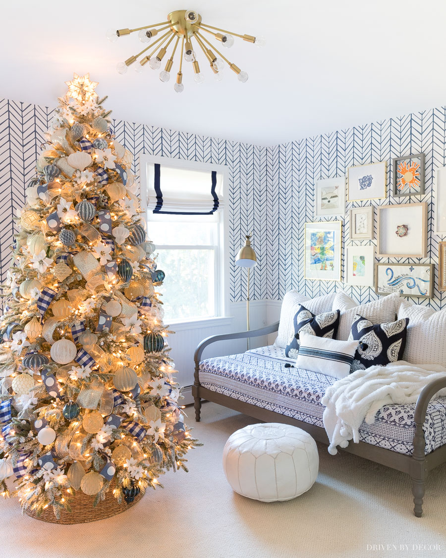 Awesome tutorial on how to decorate a Christmas tree!