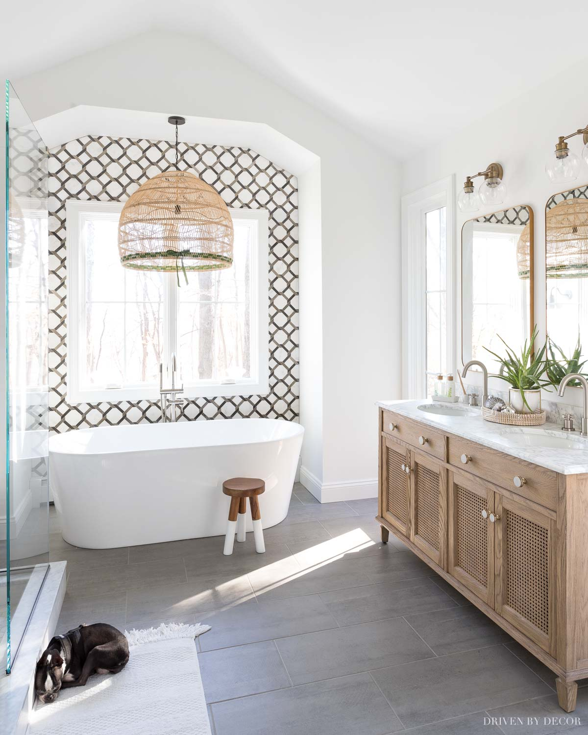Love the pendant over the bathtub! Great master bathroom remodel ideas in this post!