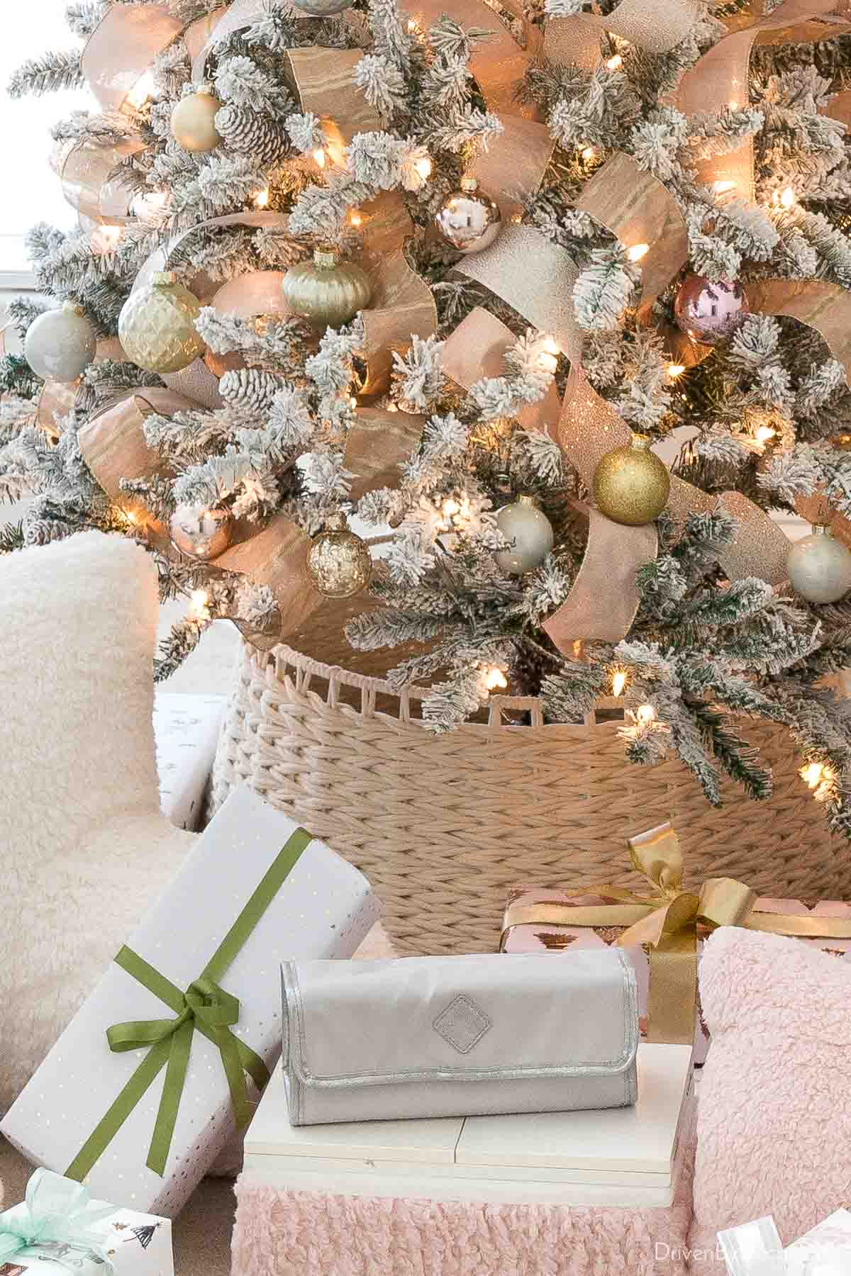 Love this white rope Christmas tree collar instead of a traditional skirt!
